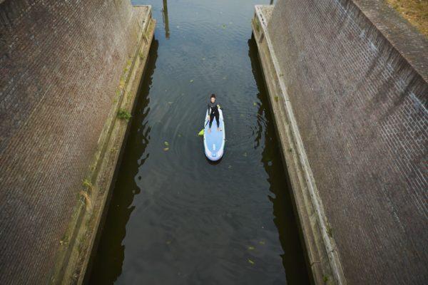 jobe-sup-lena-tour-paddel-kanal-luftaufnahme-486419006